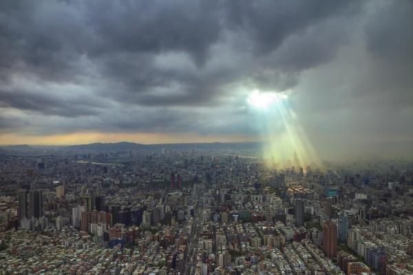 近日一名網友意外拍下101上空有如「耶穌光」的美麗奇景,令許多網友讚歎之餘,也直呼真是可遇不可求的難得奇景。(圖由「時間守護者 Evan Lin」提供)