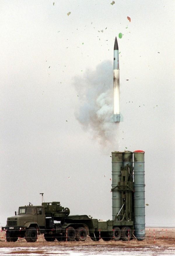 美媒透露,中國可能會使用S-400地對空飛彈封鎖台灣海域,防止物資運抵。(路透)