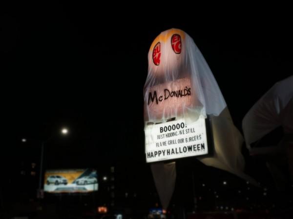 紐約市一家漢堡王的萬聖節裝飾,竟是整間店「裝扮」成麥當勞。(圖擷自businessinsider.com)