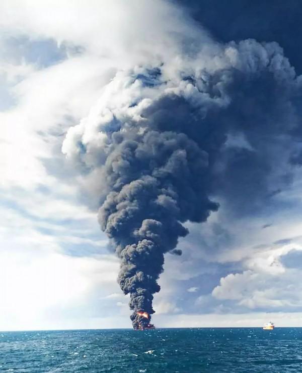 《央視》記者現場觀察發現,「桑吉號」沉沒時燃燒的範圍半徑約有150公尺,濃濃的黑煙高達到3000多公尺(法新社)