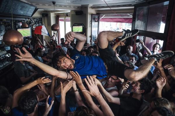 過去曾遭法國恐怖攻擊的鐘琴酒吧再次聚集人潮,慶祝世足賽奪冠的同時,也向世界展現他們勇敢無懼的決心。(法新社)