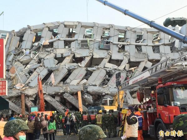 台南市永康區維冠大樓在2月6日清晨強震後倒塌,造成嚴重傷亡。(資料照,記者黃良傑攝)