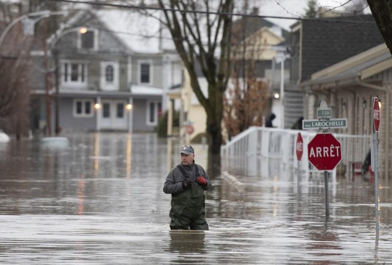 目前魁北克省已疏散了超過1500名居民,約1280棟住宅泡在水中。(美聯社)