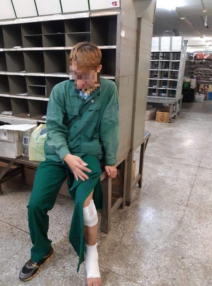 郵務士的褲管被咬破,小腿多處咬傷,腳踝也扭傷,狀況非常狼狽。(擷取自我是湖口人臉書社團)