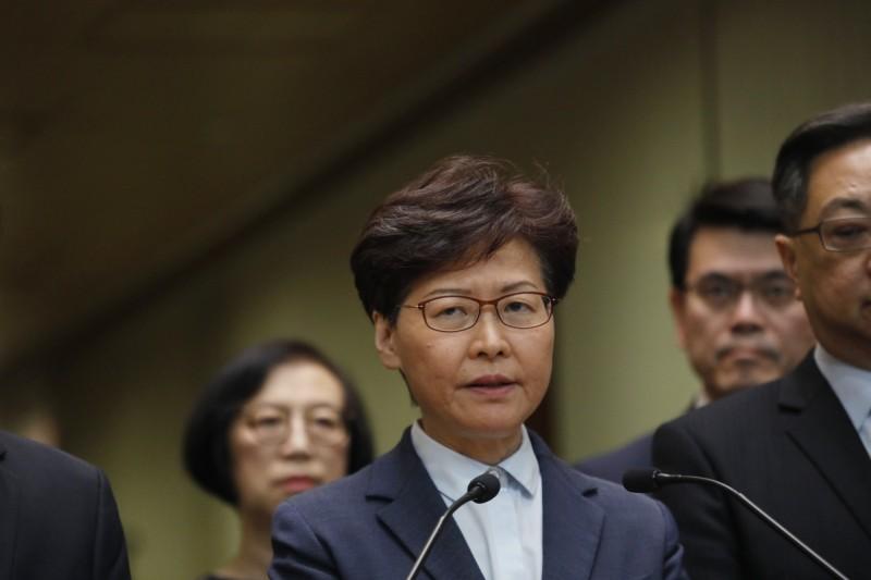 721元朗暴力事件後,香港特首林鄭月娥今天在記者會上,先是譴責示威者圍堵中聯辦,後批評元朗白衣人的暴力行為。(彭博)