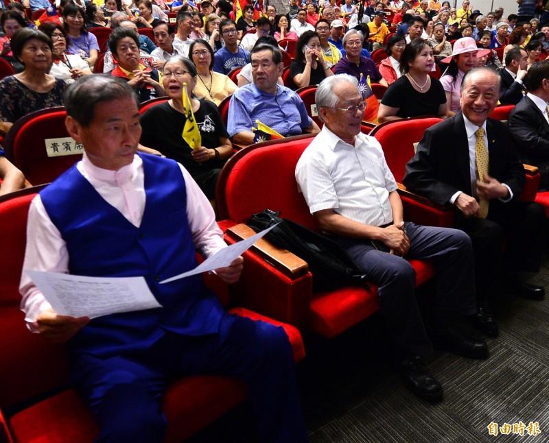 新黨26周年黨慶,新黨主席郁慕明(右)到場主持大會,中華統一促進會總裁張安樂(左)也前來參加祝賀。(記者王藝菘攝)