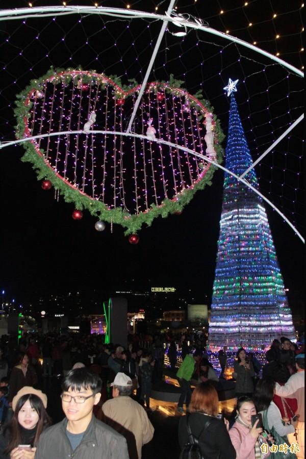基隆教會精心布置,海洋廣場綻放溫馨祥和的濃濃耶誕氣氛,民眾開心驚呼:「好像在歐洲!」(記者林欣漢攝)