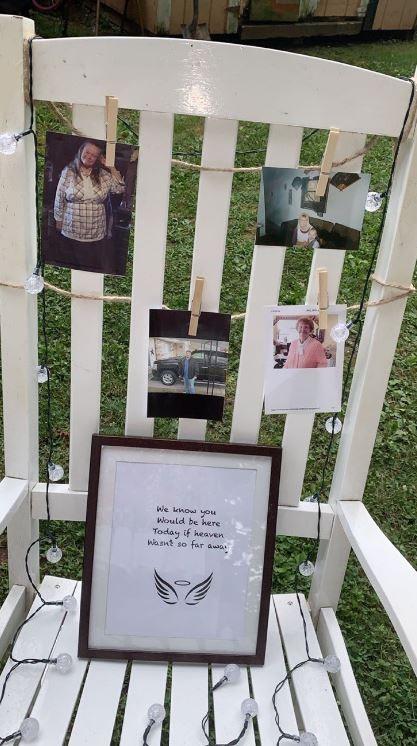 莎拉與丈夫將離世家人的照片貼在白色椅子上,寫上「我們知道你們今天會在這裡,如果天堂沒有那麼遙遠的話」。(圖取自@sahrahMichelle推特)