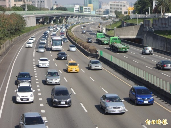 交通部高公局預估,中秋節交通量介於平日與例假日之間,都會區週邊景點將出現一日遊車潮。(資料照,記者廖雪茹攝)