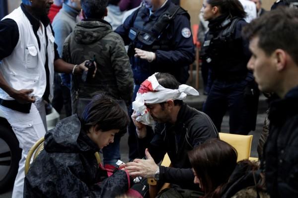 有民眾被爆炸波及流了滿頭鮮血,在現場接受包紮。(法新社)