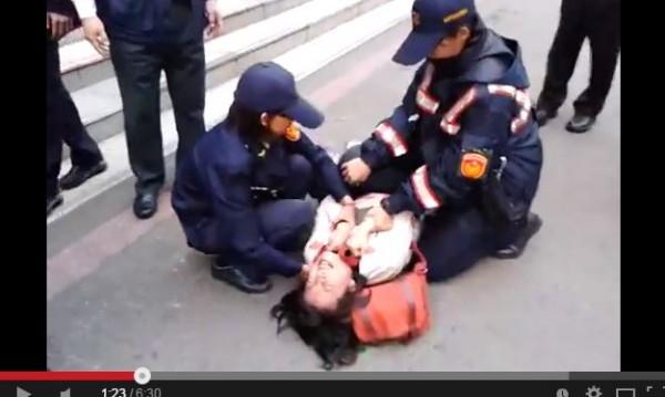 中央公園護樹護地聯盟成員到高雄市府前靜坐抗議,遭警方強制拖離,成員控警方不符比例的執勤。(圖擷取自YouTube)