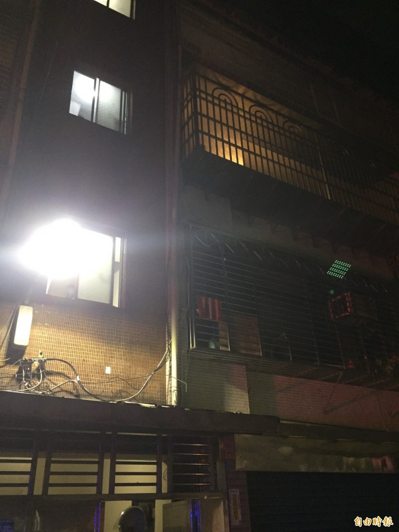 現場照,案發住宅為右側亮燈處。(記者曾健銘攝)