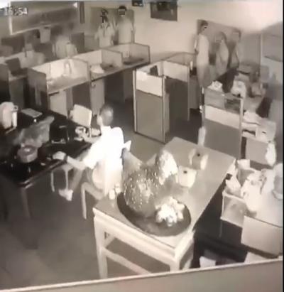 持槍挾持人質的車行內影片流出,6名人質緊靠牆壁。(翻攝畫面)