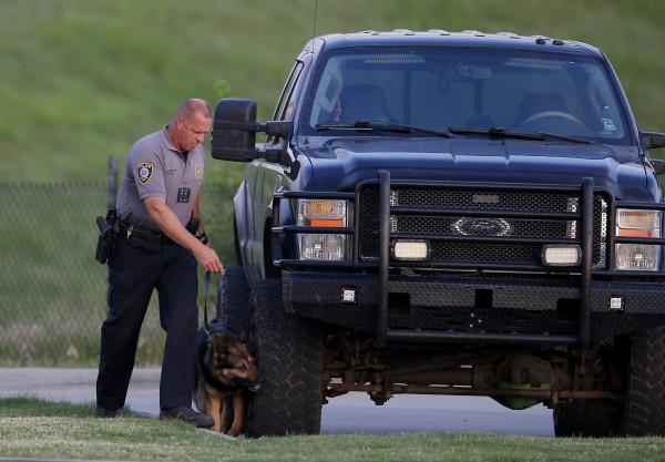 美國奧克拉荷馬市1間餐廳遭槍手闖入掃射,導致2名女顧客中彈受傷,有平民見狀拔槍擊斃歹徒。(美聯社)