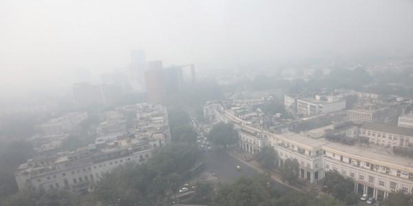 印度最近遭受霧霾襲擊,城市一片霧濛濛。(歐新社)
