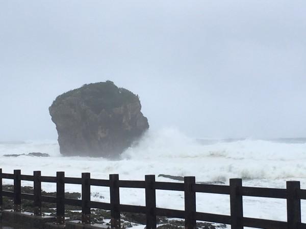 圖為海棠掀起5米浪,衝擊船帆石馬路。(記者蔡宗憲翻攝)