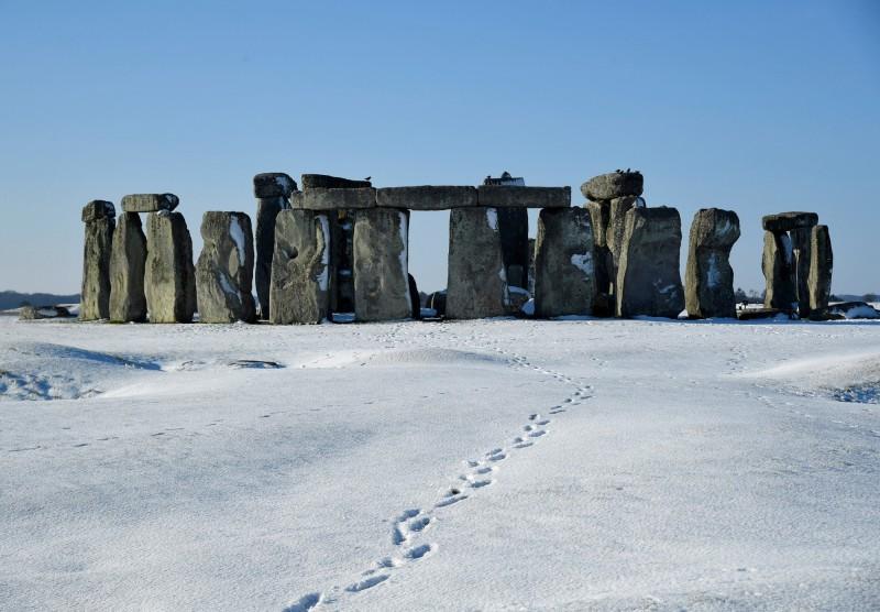 英格蘭遺產委員會今(8)日宣布,已將60年前被鑽出來的1條巨石核心歸位,位於南英格蘭的神秘巨石陣終於變回「完全體」。圖為巨石陣。(路透)