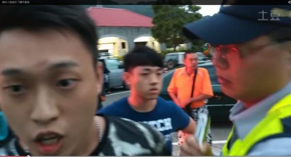 1家7口中客來台旅遊,卻在國道石碇休息站被1群台灣惡霸指控行竊包包,甚至被威脅、毆打。(圖擷取自YouTube)