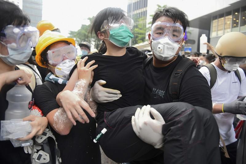 香港反送中抗議今日爆發嚴重警民衝突,警方對抗議民眾施放橡膠彈、布袋彈,目前已知有72名傷者送醫。(歐新社)