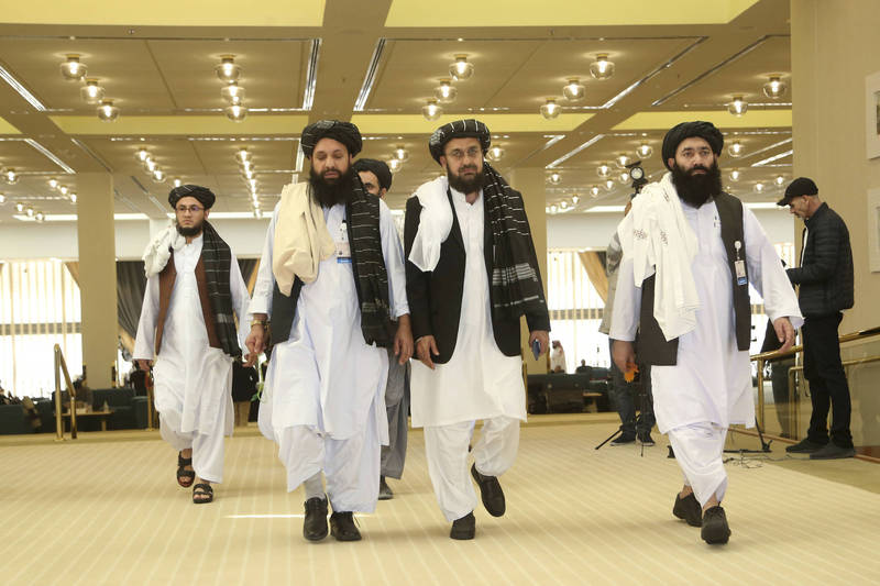中國方面提出方案,稱如若塔利班能夠保證阿富汗在美軍撤出後「維持和平」,中國就會投資阿富汗,重整阿富汗經濟,圖為塔利班代表團。(美聯社)