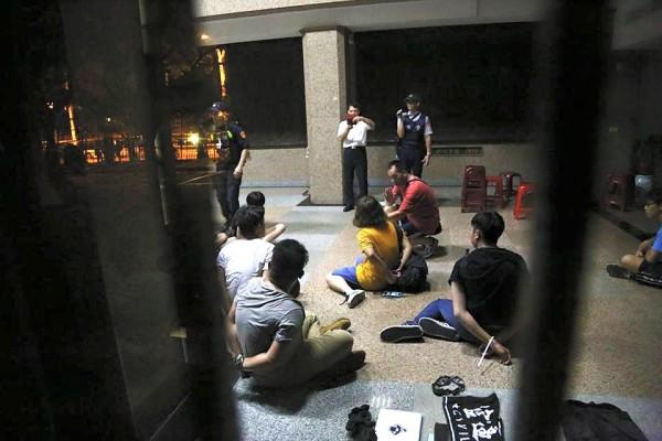 40多位中學生衝入二樓教育部長室,遭優勢警力逮捕,反綁雙手,控制在現場。 (取自獨立記者林雨佑臉書)