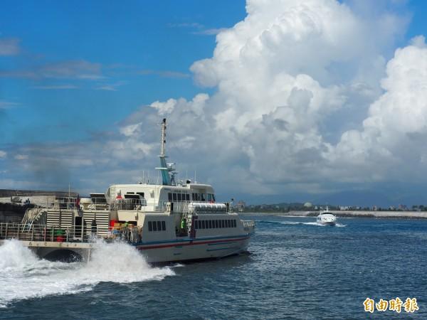 綠島交通船進入富岡漁港。(資料照)