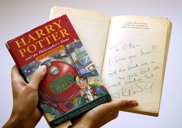 《哈利波特:神秘的魔法石》首刷精裝本遭竊。圖為示意,非遭竊書籍。(美聯社)