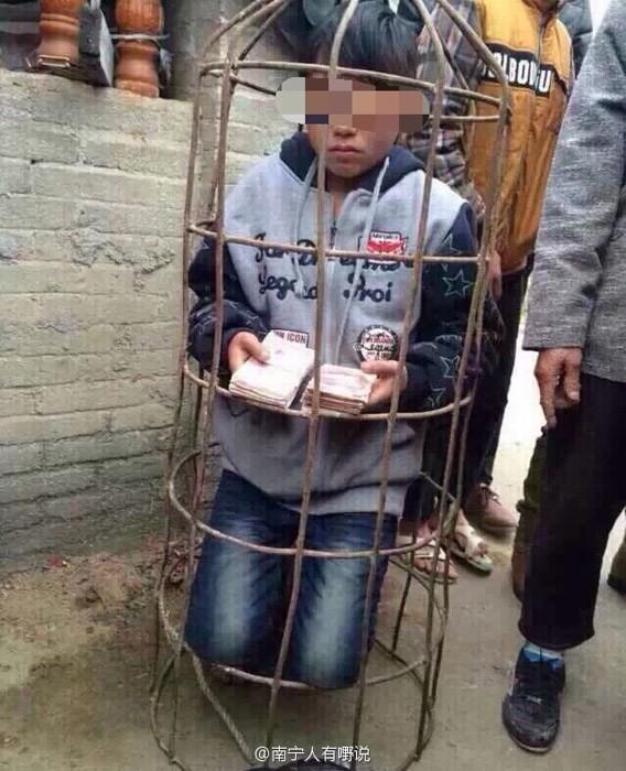 中國廣西省容縣一名10歲男童潛入一處民宅行竊2萬元人民幣(約10萬台幣)被活逮,憤怒的村民命令他罰跪、將他關進豬籠。(圖擷取自微博)