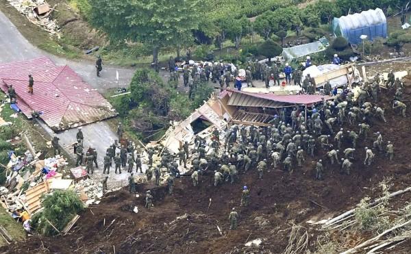 北海道6日凌晨發生規模6.7強震,部分地區土石崩塌,大批人員到受災區進行搜救。(美聯社)
