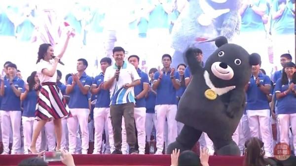 台灣隊選手在今天傍晚6點左右全數抵達北市府前廣場,熊讚在台上十分活潑。(自由時報影音組)