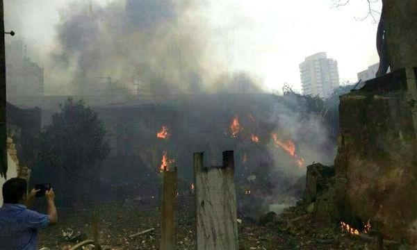 巴西一架私人飛機今天墜落在住宅區,還引發火勢燃燒。(圖片擷取自DGABC)
