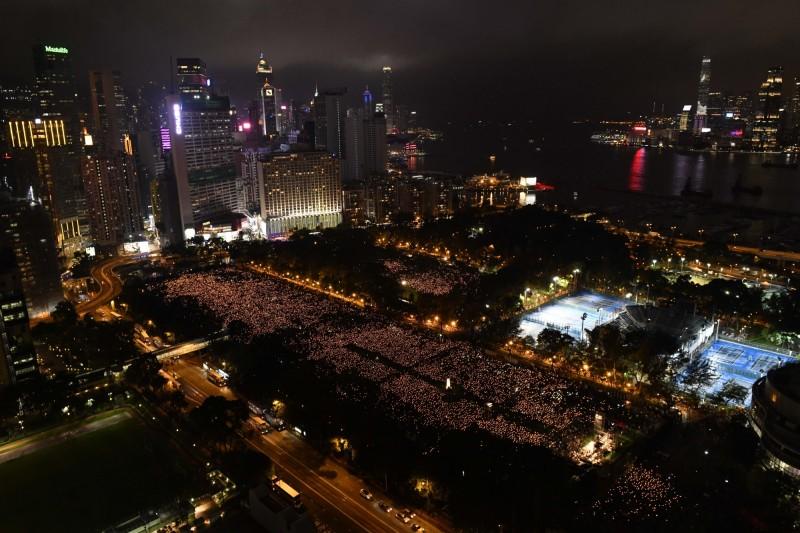中國六四天安門事件今年滿30週年,香港支聯會4日在維多利亞公園舉行「六四」燭光晚會,悼念當年死者,大會宣布今年超過18萬人參與,現場燭光如海。(美聯社)