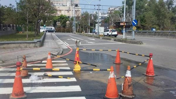 網友發文批評,指新竹雙園路一段接近園區三路的一個轉彎處,有水管從24日就一直漏水,但至今卻一直沒修復,質疑「難怪要限水」。(圖擷自新竹爆料公社)