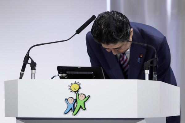日本首相安倍晉三今日出席自民黨大會時,再次針對森友學園土地賤賣醜聞公開致歉,但仍然無意辭職。(彭博)