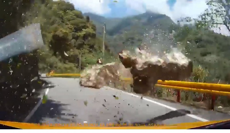 車輛差一點就被落石砸中,相當驚險。(圖翻攝自台灣新聞記者聯盟資訊平台臉書)