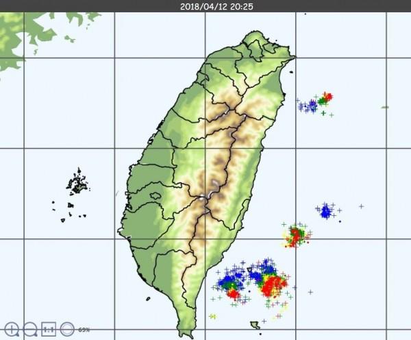 截至晚間8點25分,中央氣象局觀測到東部外海依舊有密集閃電現象。(圖擷取自中央氣象局)