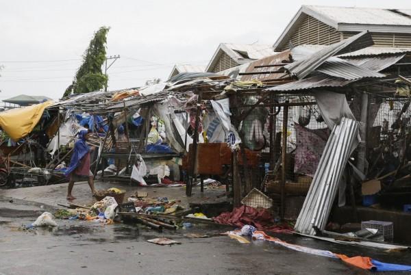 山竹颱風15日凌晨登陸菲律賓東北部卡加延省(Cagayan),強風摧毀市場攤位。(美聯社)