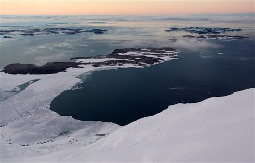 海平面上升問題嚴重,沒想到美國眾議員竟稱是因為石頭掉到海裡造成。(美聯社)