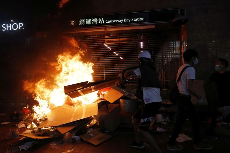 多名政論家評析,香港特首林鄭月娥4日在《緊急法》給予的權限下實行《禁蒙面法》,這標誌了專制時代之始,也將致使香港陷入更險峻的危機中,其作為金融重鎮的地位也將因此暴跌。圖為示威者焚火抗議《禁蒙面法》。(路透)