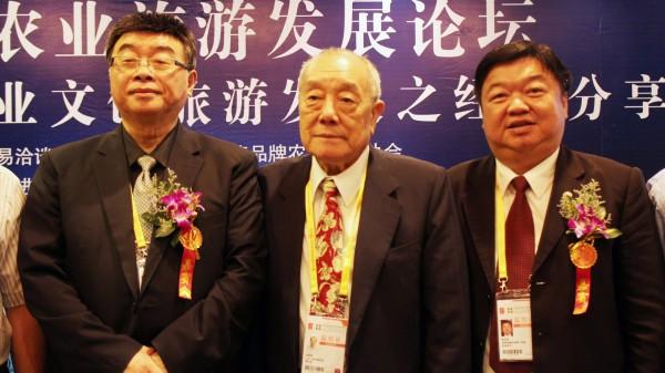 孫明賢(圖中)於1月21日因胰臟癌病逝。左為立委邱毅,右為台灣品牌農業推廣協會理事長張玉成。(中央社)