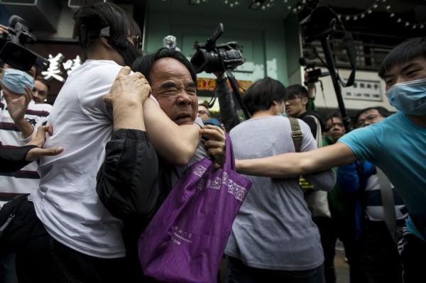 一批自稱元朗居民的出面阻饒反水貨遊行,導致場面混亂失控。(路透)