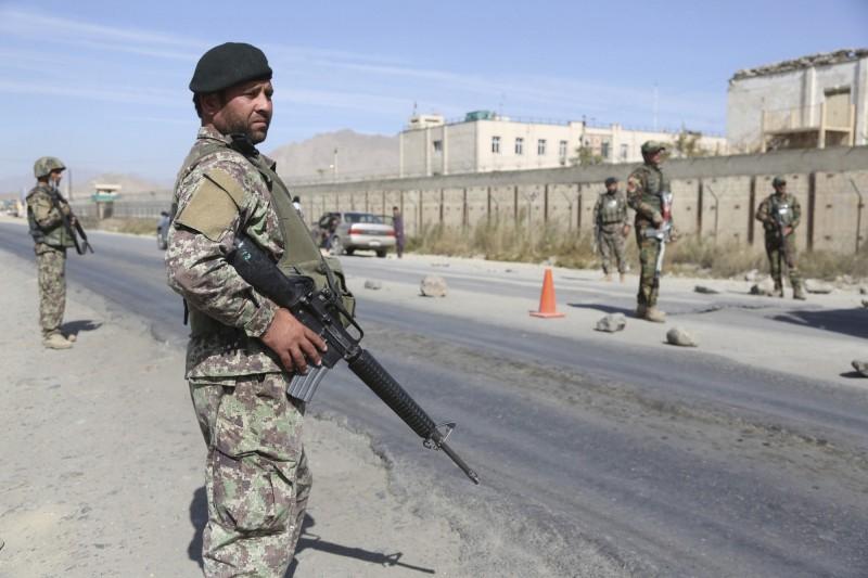 阿富汗赫爾曼德省一處軍隊哨所遭塔利班突襲,造成33名軍警死亡。圖為阿富汗士兵在陸上警戒。(美聯社)