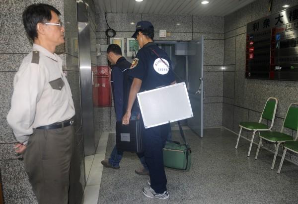 無黨籍台北市長候選人柯文哲位於建國南路的競選辦公室,傳出疑似遭到竊聽,警方現場勘查組與電信公司人員5日一早前往現場調查。(記者廖振輝攝)