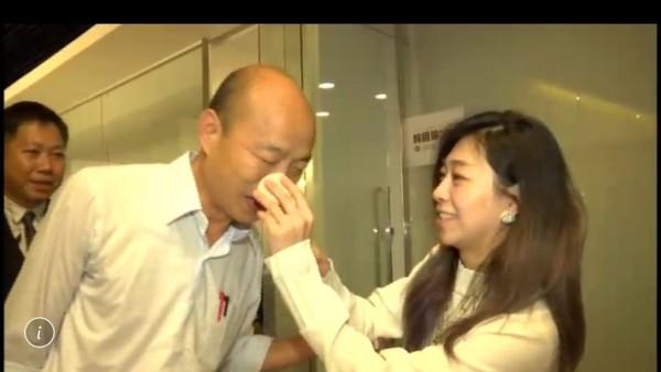 資深媒體人謝寒冰爆料,韓國瑜辯論上台前梳妝塗抹了護唇膏,喉嚨就開始疼痛,後來還說此事為韓國瑜女兒韓冰告訴他的。(三立提供)