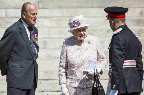 英國女王伊莉莎白二世(中)將在下月超過維多利亞女王的記錄,成為在位最長的英國君主。(路透)
