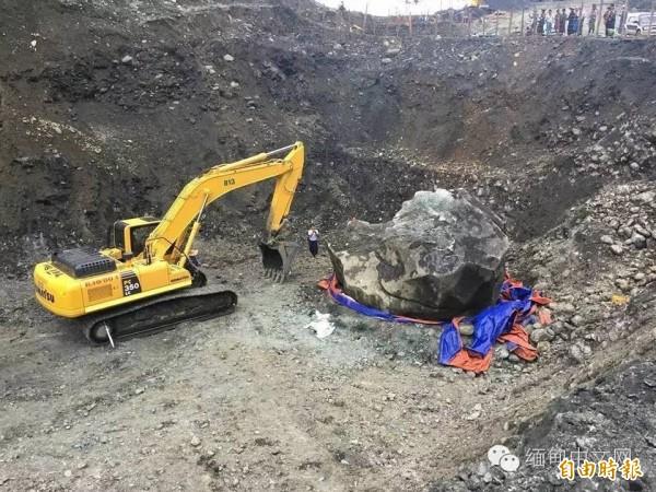 巨大的玉石礦就連怪手也無法處理。(翻攝自緬甸中文網)