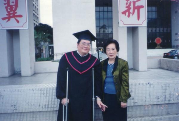 洪榮益工作後仍不斷進修,自國立台北護理學院(今改為台北護理健康大學)進修取得學士學位時,與媽媽開心合影留念。(洪榮益提供)