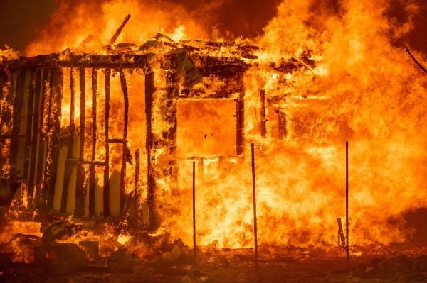 美國加州野火燃燒面積等於燒掉6個台北市,美國總統川普已核定加州野火為重大災難作。(法新社)