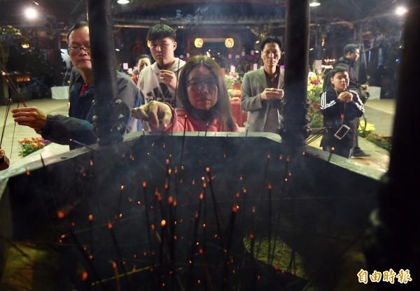 15日除夕夜,台北大龍峒保安宮民眾上香祈福。(記者簡榮豐攝)