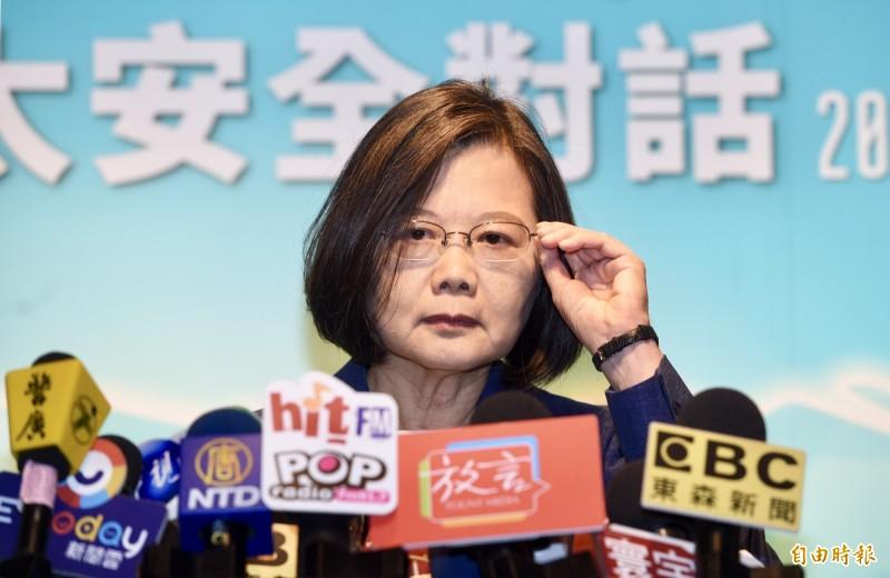 蔡英文總統今日接見「日本自由民主黨青年局局長佐佐木紀眾議員」時再度提及香港情勢說,期盼「今天的台灣,可以是明天的香港」。圖為總統蔡英文20日出席「凱達格蘭論壇:2019亞太安全對話」開幕式。離去前接受媒體訪問。(記者羅沛德攝)